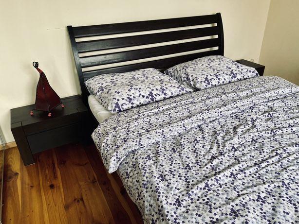 Łóżko podwojne ciemny braz lite drewno i szafki nocne