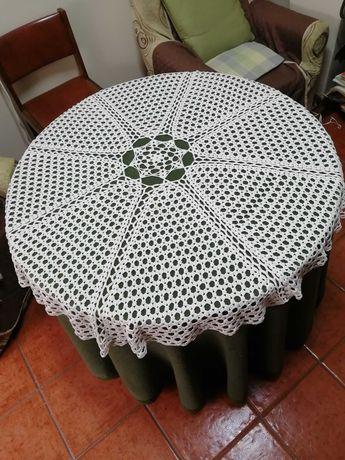 Camilha em renda para mesa redonda
