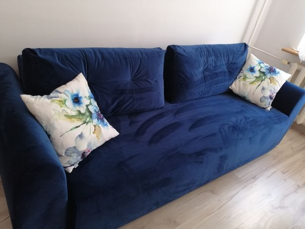 Nowoczesna kanapa w kolorze nasyconego granatu.