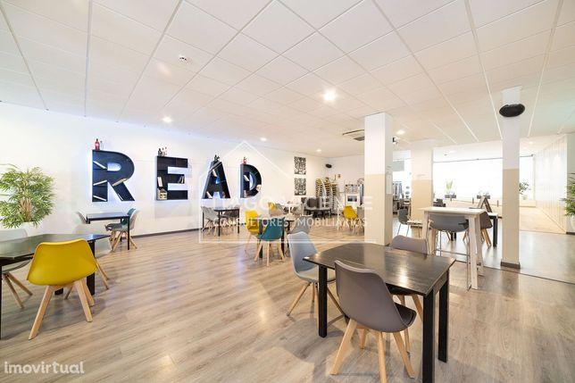 Café / Lounge / Com esplanada / Acabamentos modernos / Trespasse
