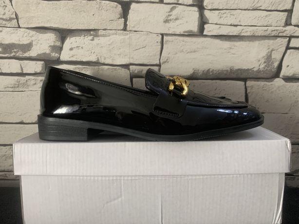 Czarne buty typu oksford