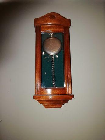Drweniana skrzynka na zegarek kieszonkowy wystawka