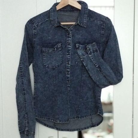 Niebieska koszula imitująca dżins