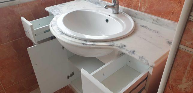 movel com lavatório de W.C.