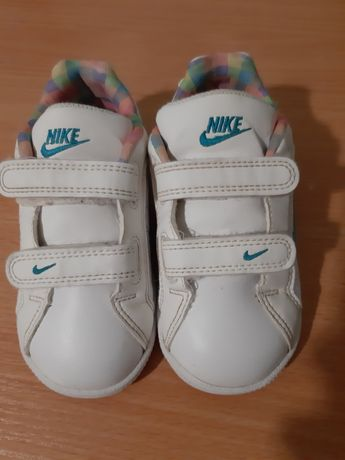 Фирменные кроссовки для девочки фирма Nike