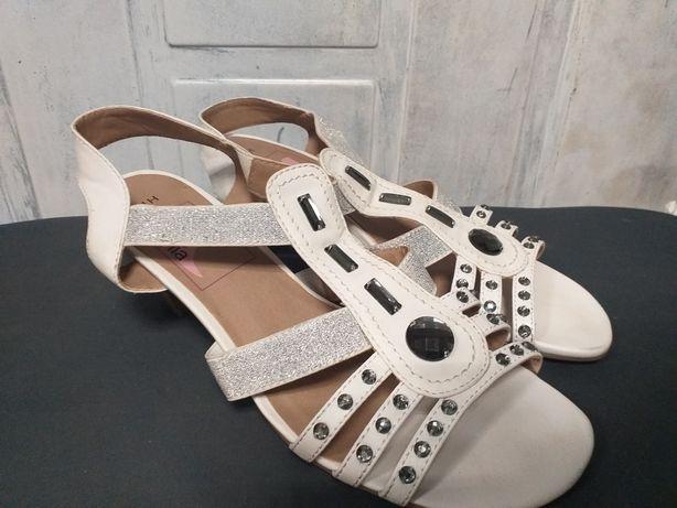 Białe sandałki damskie.
