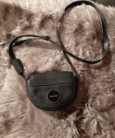 Torebka skórzana Calvin Klein oryginalna czarna na pasku