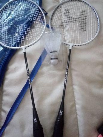 Raquete e bolas de badminton.