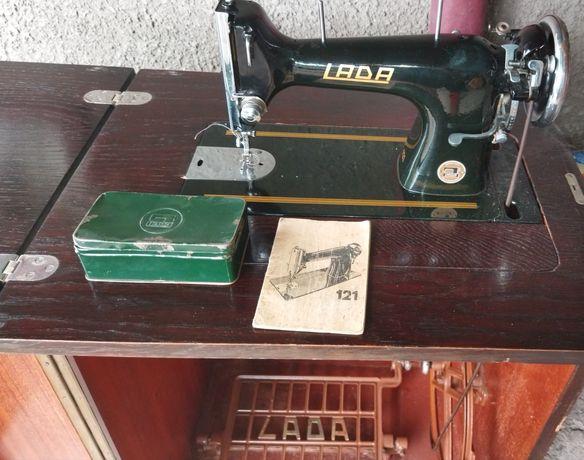 Чехословацкая швейная машинка, lada .с ножным приводом, в эксплуатации