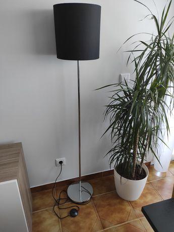 Candeeiro de pé preto LED