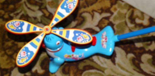 Pchacz zabawka samolot, kreci smiglem przy popychaniu