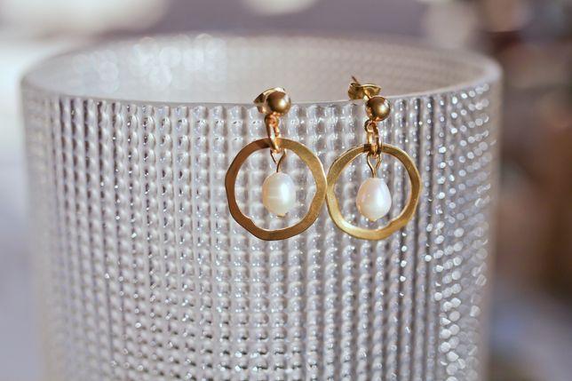Nowe złote kolczyki z naturalną perłą słodkowodną