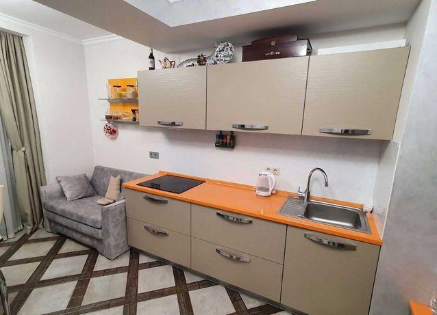 """Кухня """"Мария"""" с варочной панелью, встроенной вытяжкой и мойкой."""