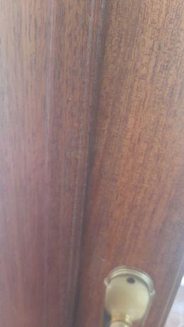 Porta dupla de sala em madeira maciça.