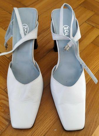Nowe, białe pantofle na solidnym obcasie