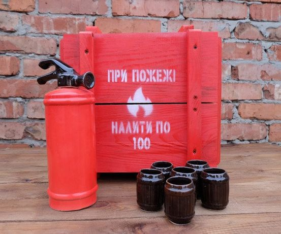Подарочный набор службы МЧС, огнетушитель в деревянном ящике с рюмками