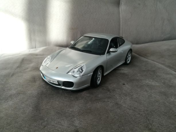Maisto 1:18 Porsche Carrera 4S