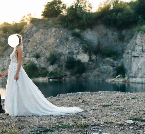 Piękna suknia ślubna z trenem