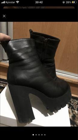 Стильні зимові чоботи на каблуку
