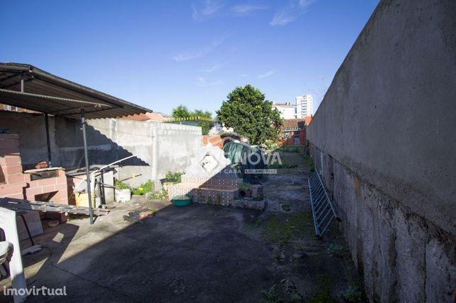 Duas Moradias + Apartamento T0 renovados em Santa Marinha
