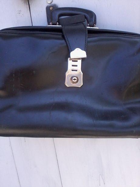 Продаю недорого портфели и чемоданы разные