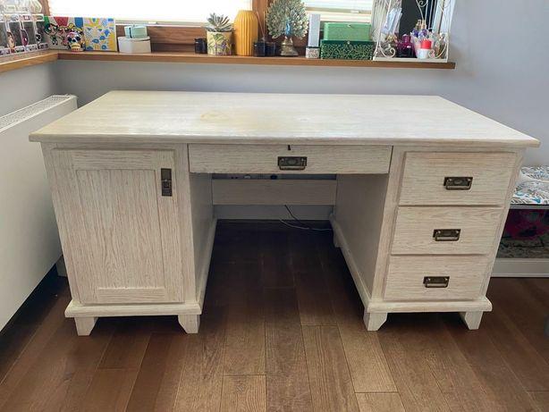 Białe drewniane biurko