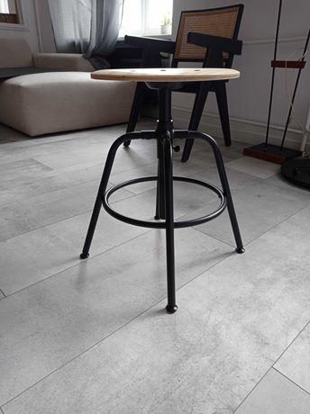 Czarny stołek barowy z drewnianym siedliskiem