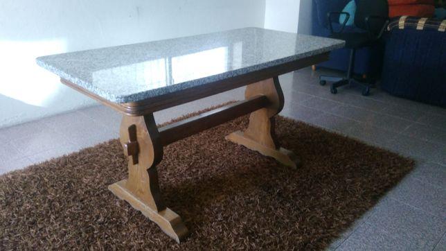Mesa de jantar em granito