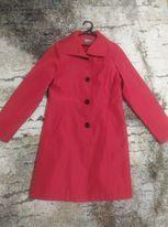 czerwony płaszczyk wiosenny