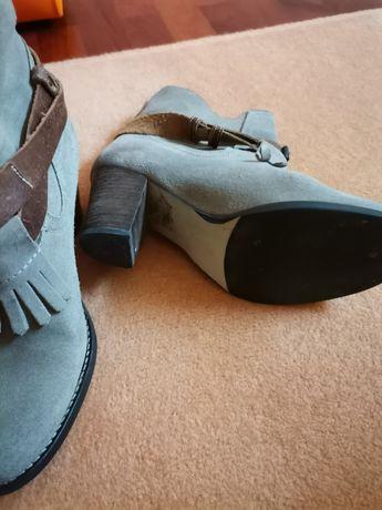 Sapatos e botas como novos