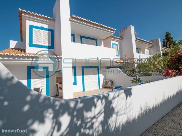 Casa V2 com bom terraço em complexo turistico com piscina...