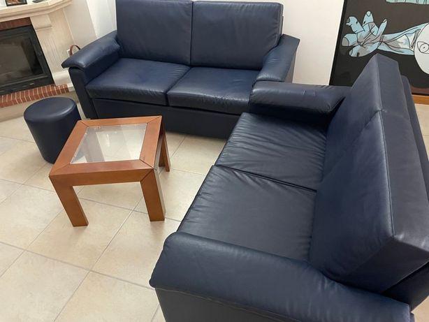 Sala de estar, 2 sofás, mesa de centro, móvel com televisão 72cm