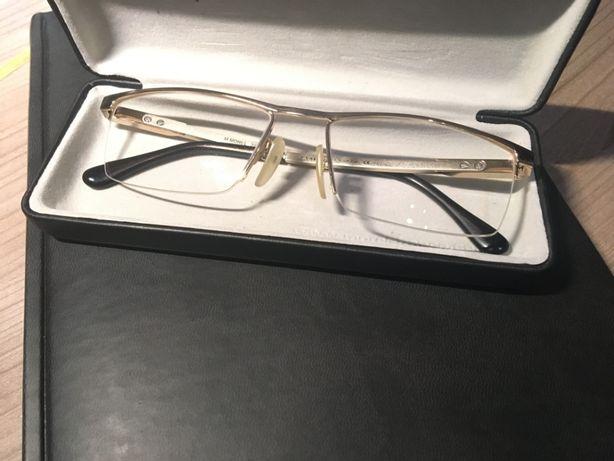 Óculos com armação dourada
