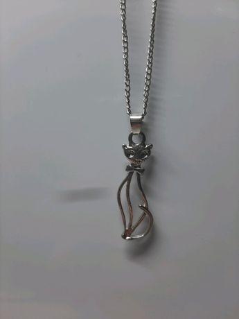 Naszyjnik w kolorze srebrnym z zawieszką kot kotem