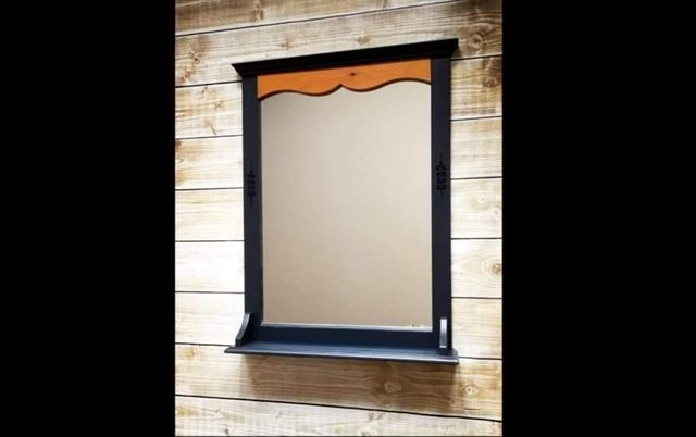 Lustro w drewnianej ramie z półką