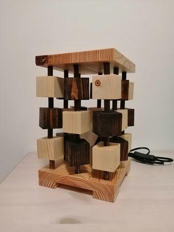 Candeeiro em madeira com lâmpada Led feito à mão.