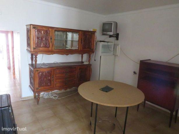Moradia T2 com logradouro localizada na freguesia de Entr...