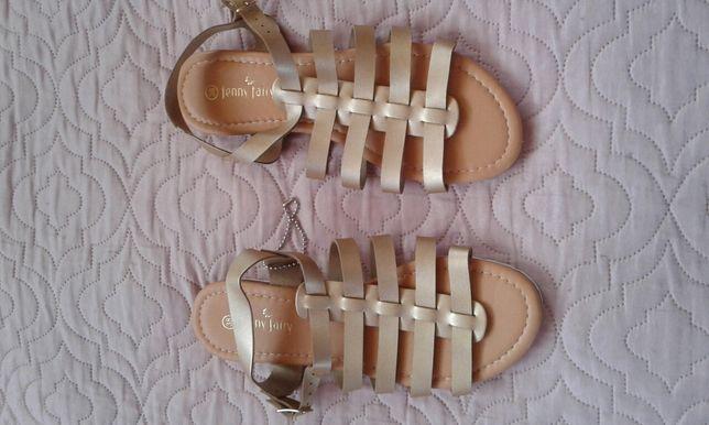 Złote sandałki.