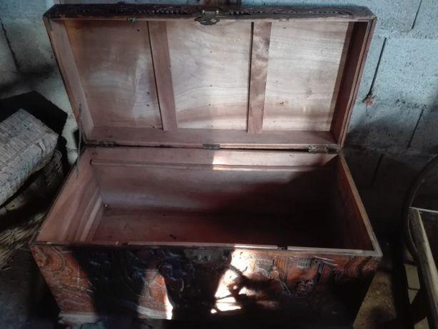 Baú antigo em madeira