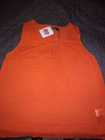 Piękna nowa pomarańczowa bluzka na lato