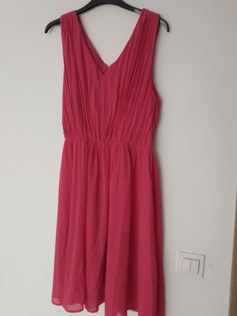 Czerwona sukienka z marszczeniami