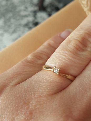 Pierścionek z brylantem zaręczynowy