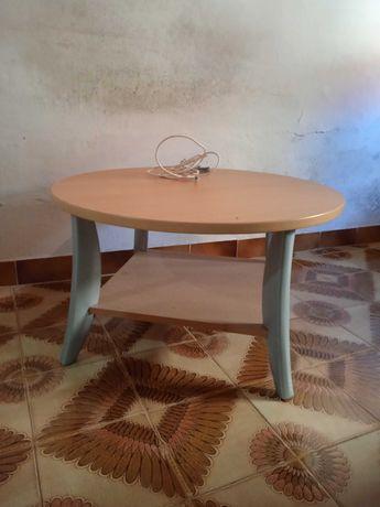 Mesa de sala, em faia, e pés em metal
