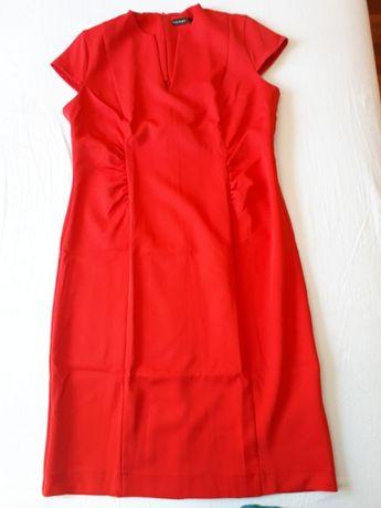 śliczna czerwona sukienka z marszczeniami
