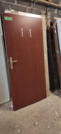 Skrzydło drzwiowe używane w dobrym stanie,klamka,wkladka