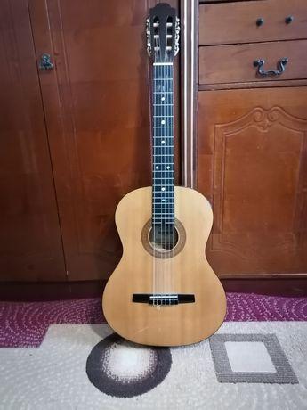 Продам класичну гітару ( чохол, струна в подарунок)
