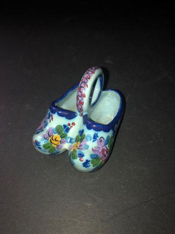 Par de sapatos miniatura em porcelana Alcobaça