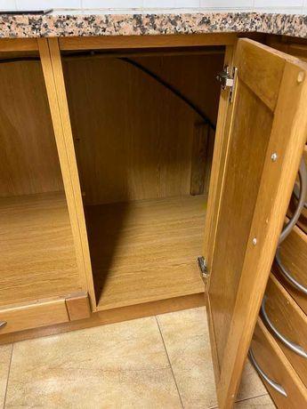 Bancada de cozinha , com móveis de madeira incluídos