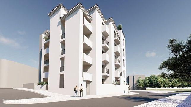 Apartamento duplex de 3 quartos está numa área residencial tranquila d