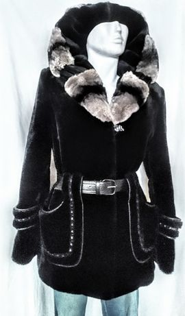 Прелестная черная эко-шубка с капюшоном и красивыми деталями М 46-48